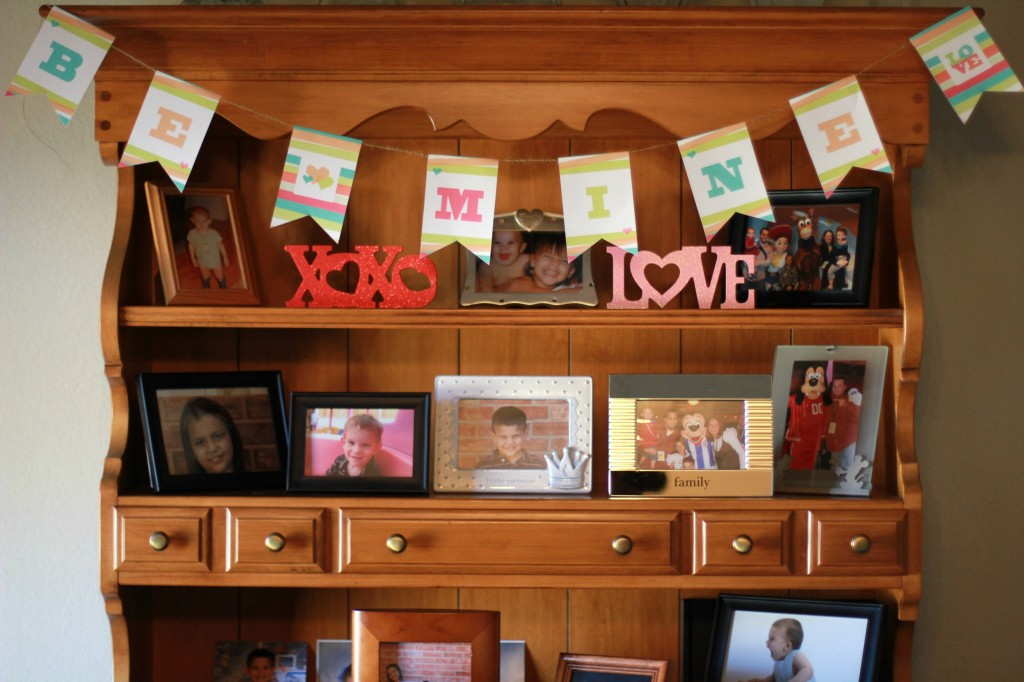 Fan of easy Valentine's Day decor? This Easy Valentine's Be Mine Banner is cheap & easy to make & shouldn't take you more than about 20 minutes to complete.