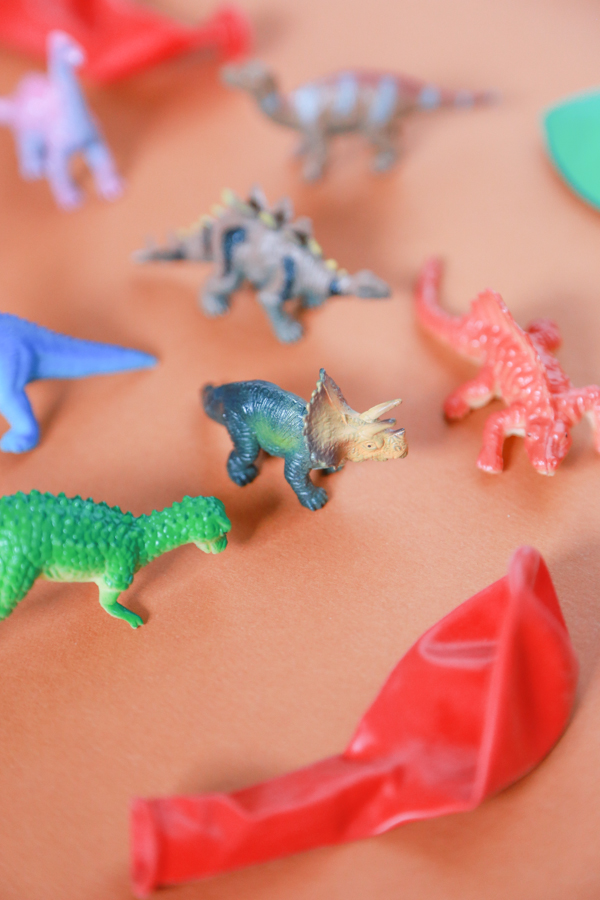 Do your children love dinosaurs? Then they'll love playing with these Frozen Dinosaur Eggs.