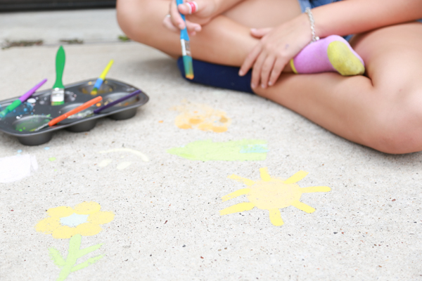 Get the kids outside this summer with this super FUN Homemade Sidewalk Paint. Perfect for toddlers and preschoolers BUT it's fun for ALL AGES!