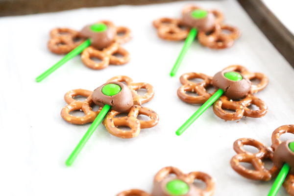 If you have 5 minutes, you have all the time it takes to make these Shamrock Pretzel Pops.
